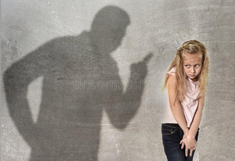 父亲或老师阴影叫喊的恼怒的责备的年轻甜点l 免版税图库摄影