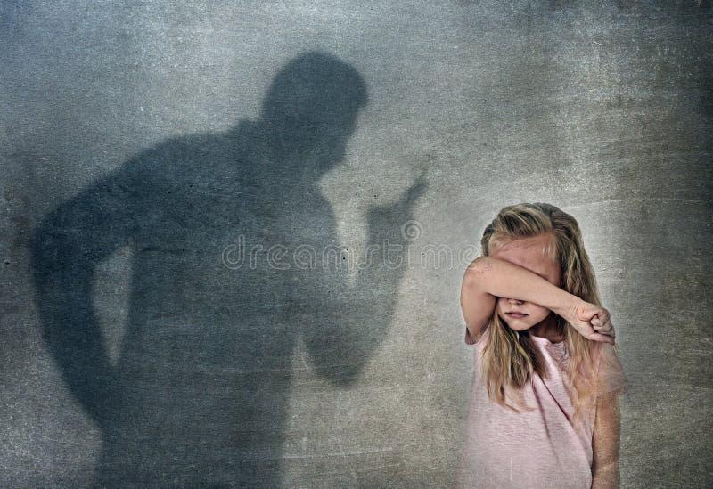 父亲或老师阴影叫喊的恼怒的责备的年轻甜矮小的女小学生或女儿 免版税图库摄影