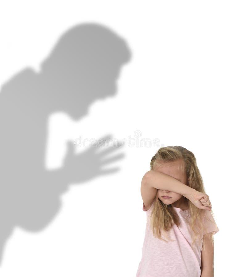 父亲或老师阴影叫喊的恼怒的责备的年轻甜矮小的女小学生或女儿 库存照片