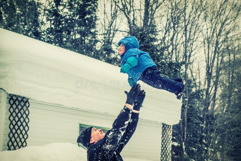父亲投掷悬而未决小的儿子-减速火箭 免版税库存照片