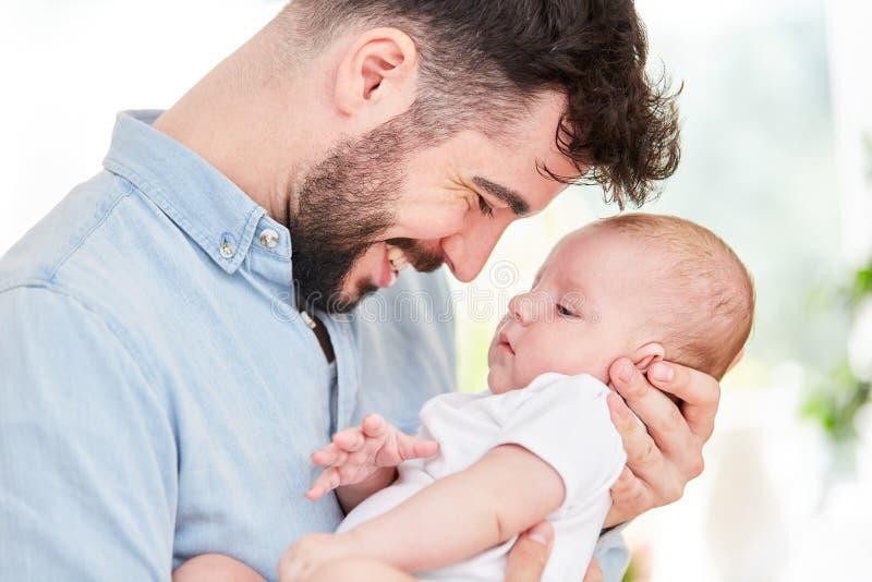 父亲抱着他新出生的婴孩 库存照片