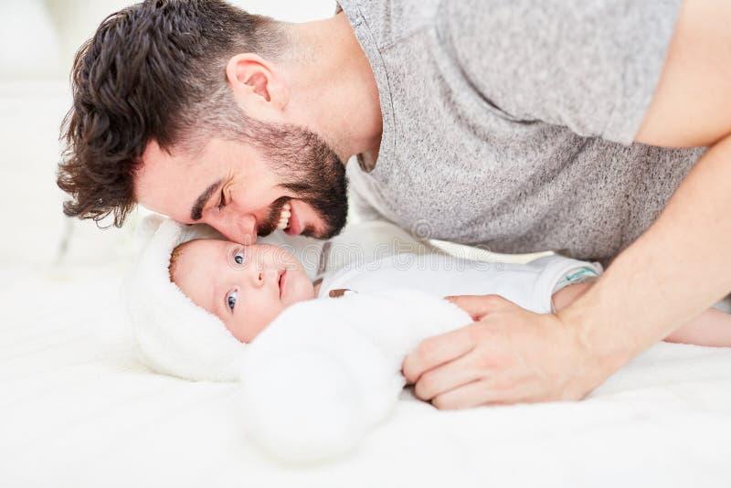 父亲拥抱与他的新生儿 免版税库存图片