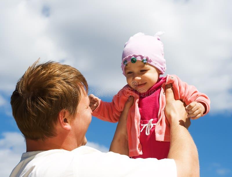 父亲拿着女儿 免版税图库摄影