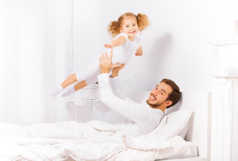 父亲拿着他的女儿用她的手单独 免版税库存照片
