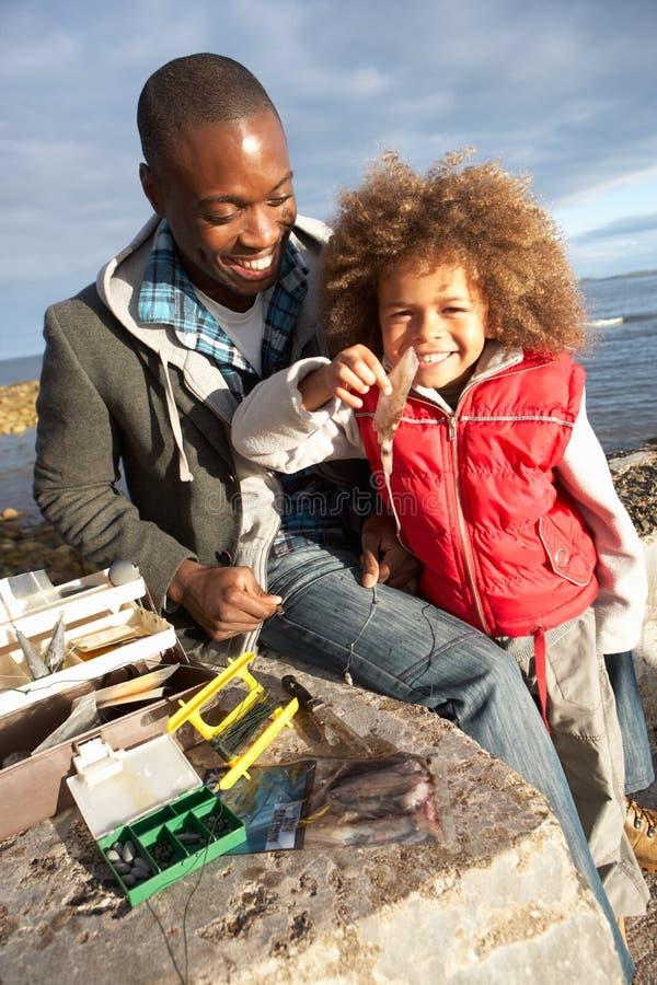 父亲捕鱼儿子 免版税库存照片