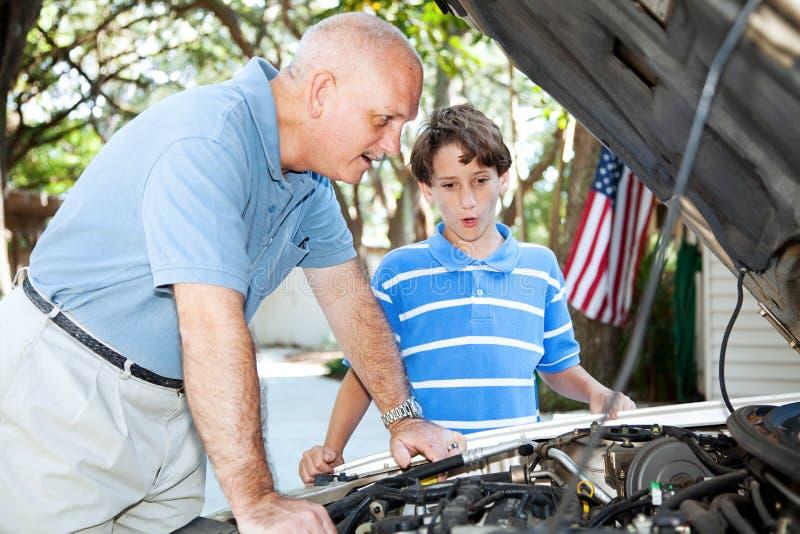 父亲教的儿子汽车修理 免版税库存图片
