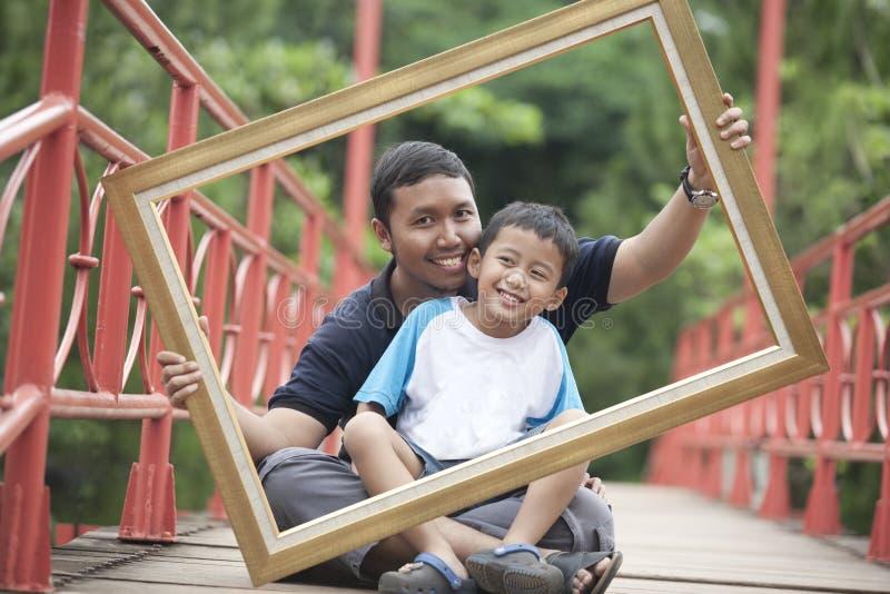 父亲框架儿子 免版税库存照片