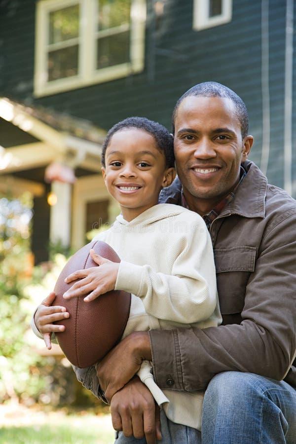 Download 父亲橄榄球儿子 库存照片. 图片 包括有 无罪, 破擦声, 拥抱, 偶然, 户外, 橄榄球, 庭院, 可弯的 - 62533960