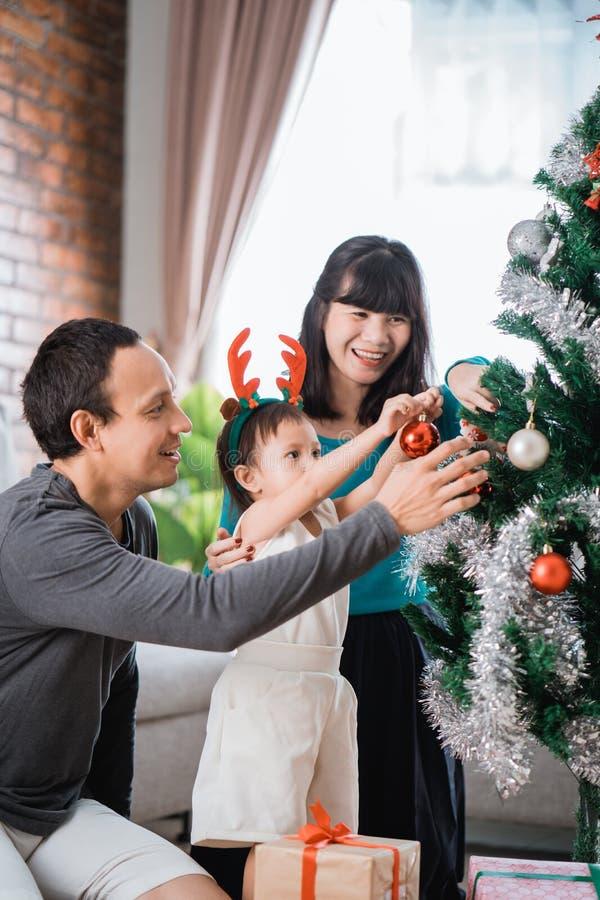 父亲画象,母亲和他的女儿安装圣诞节t 库存图片