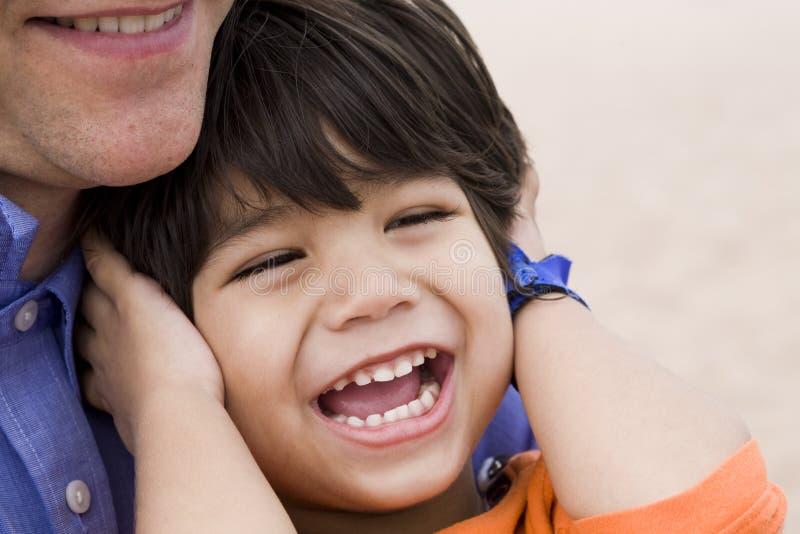 父亲笑的儿子一起 免版税库存图片
