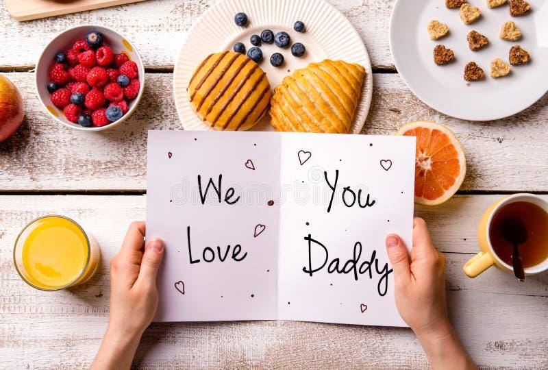 父亲节构成 贺卡和早餐膳食 库存照片