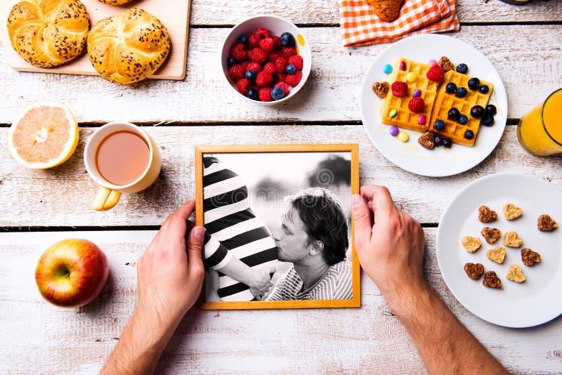 父亲节构成 黑白照片,早餐膳食 免版税图库摄影
