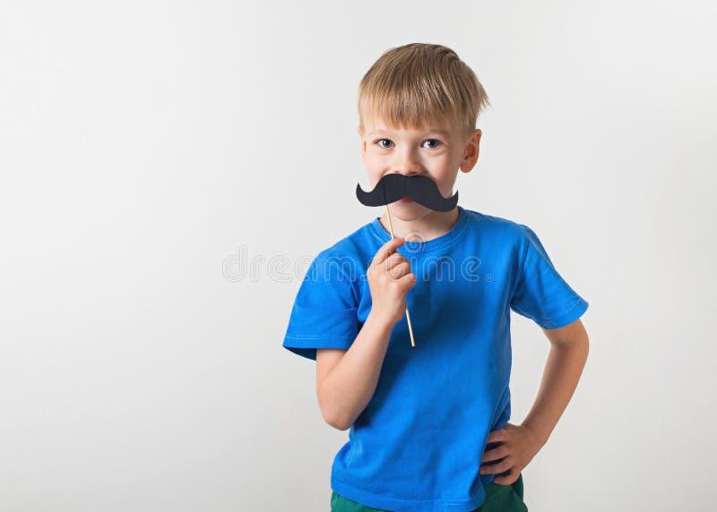 父亲节概念,微笑与在白色背景的髭的女孩白种人 免版税库存图片