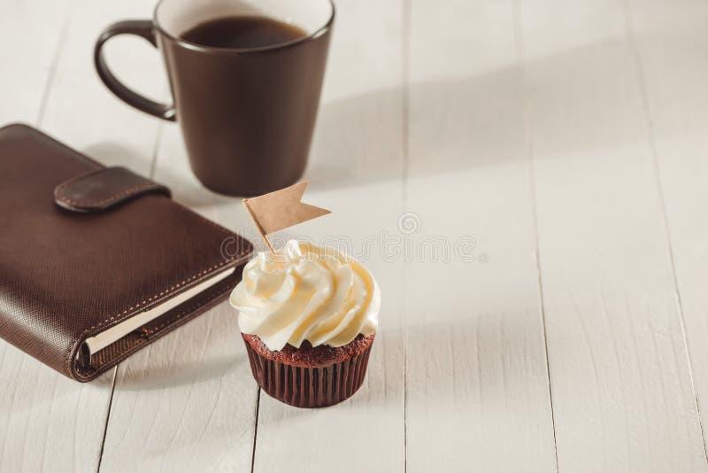 父亲节概念 可口创造性的杯形蛋糕和杯子coffe 免版税库存照片