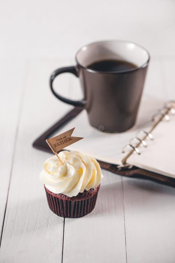 父亲节概念 可口创造性的杯形蛋糕和杯子coffe 免版税图库摄影