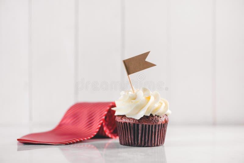 父亲节概念 可口创造性的杯形蛋糕,在桌上的领带 免版税图库摄影