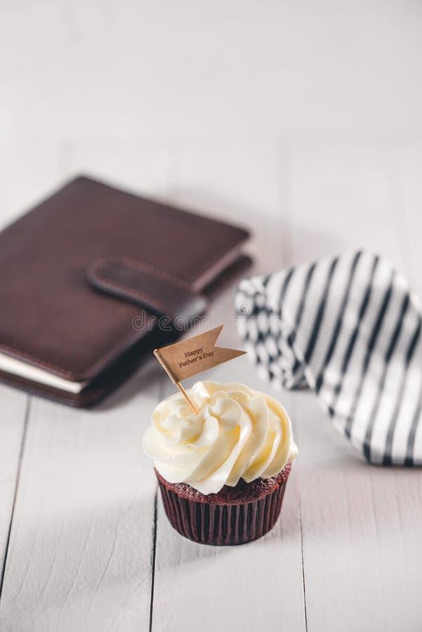 父亲节概念 可口创造性的杯形蛋糕,在桌上的领带 免版税库存照片