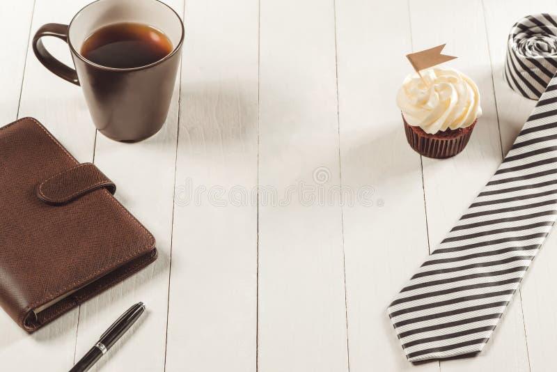 父亲节概念 可口创造性的杯形蛋糕,在桌上的领带 图库摄影