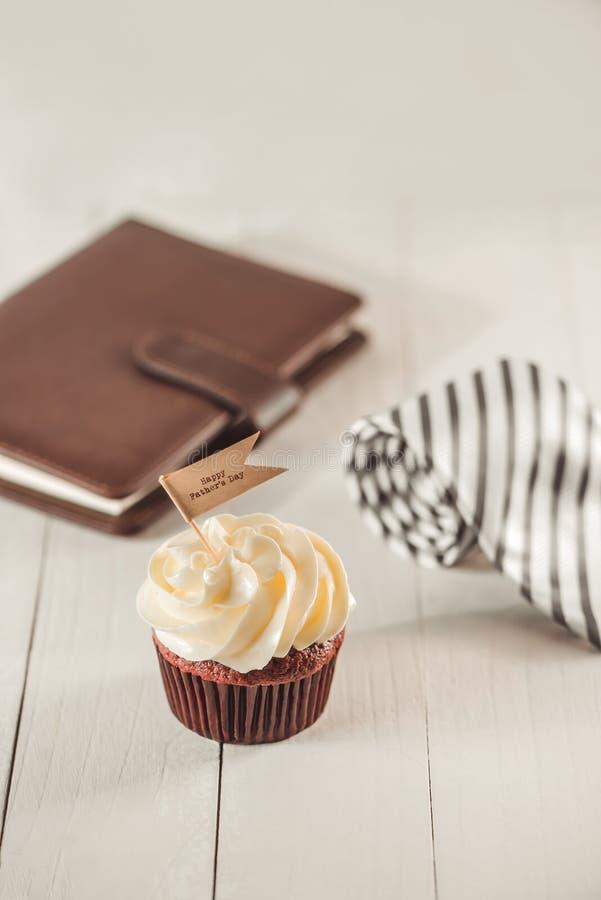 父亲节概念 可口创造性的杯形蛋糕,在桌上的领带 库存照片