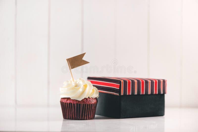 父亲节概念 可口创造性的杯形蛋糕,领带,当前 免版税图库摄影