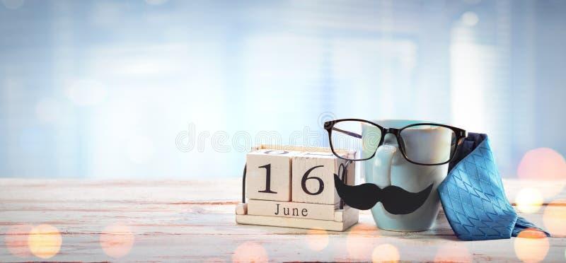 父亲节概念-杯子玻璃和领带 免版税库存图片