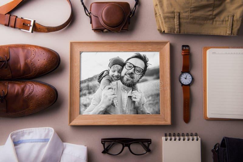父亲节贺卡概念 爸爸和小孩儿子的照片 平的位置 免版税库存图片