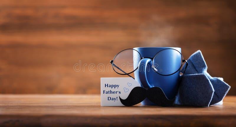 父亲节贺卡 一杯咖啡、眼镜和八字胡,带笑脸的创意早餐 免版税库存照片