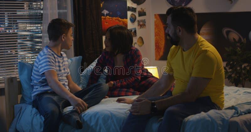 父亲谈话与儿子和女儿 免版税库存图片