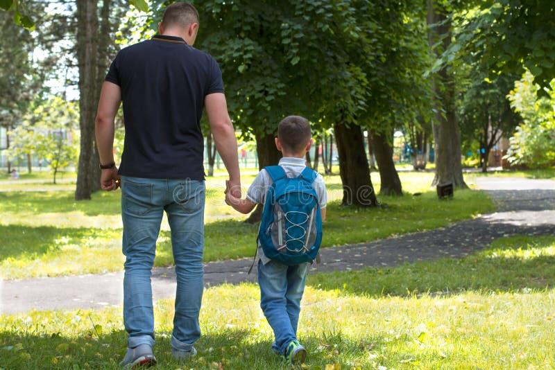 父亲走与他的儿子 免版税库存照片