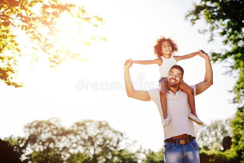 父亲运载的女儿肩扛 免版税库存图片