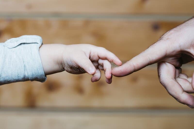 父亲递爱恋的儿子接触 免版税库存图片