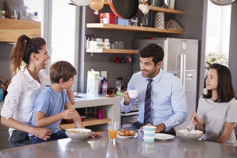 父亲食用家庭早餐在厨房在离开工作的前 免版税库存照片