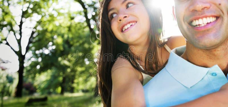 父亲结合快乐的概念的女儿肩扛 库存图片