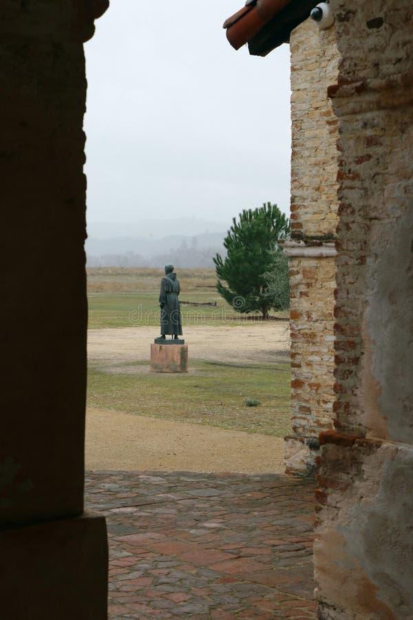 父亲Junipero Serra雕象  使命圣安东尼奥de帕多瓦, Jolon,加利福尼亚 库存照片