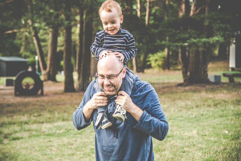 父子出门 免版税库存照片