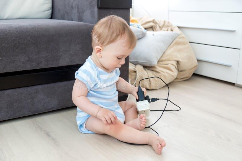 父母不负责任的概念 单独坐在屋子a里的婴孩 免版税库存图片