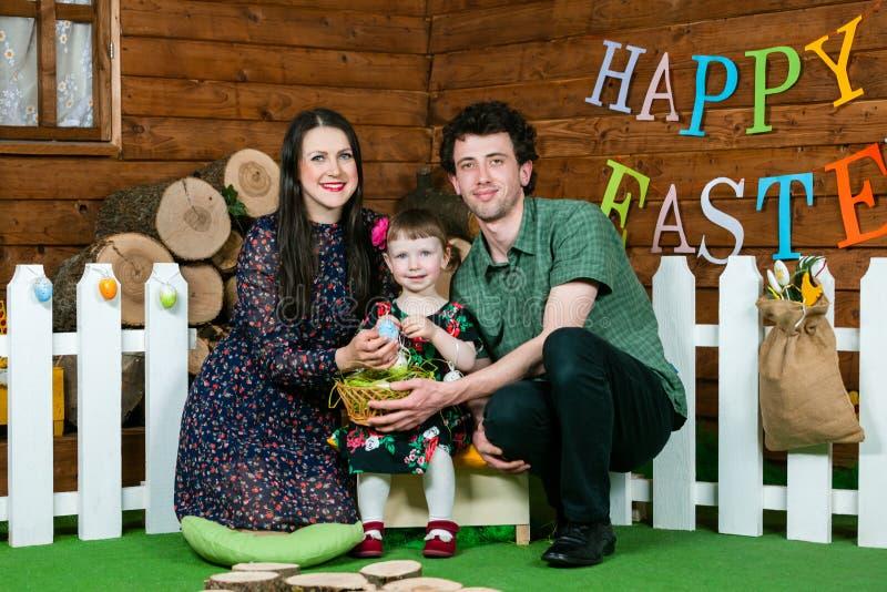 E 父母和女儿戏剧用复活节彩蛋 E 免版税图库摄影
