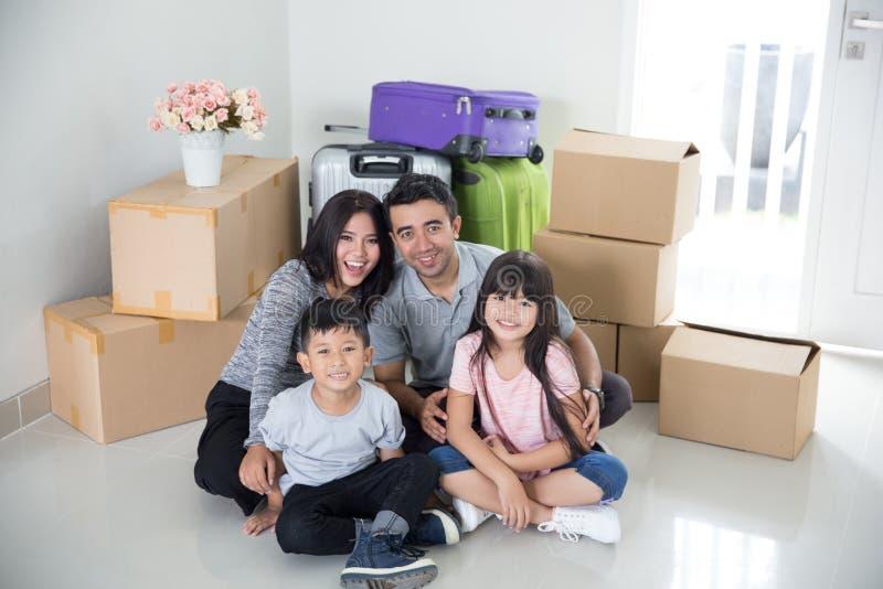 父母和孩子与纸板箱 安置移动新向 免版税库存图片