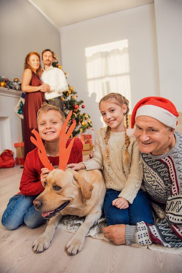 父母和孩子有宠物的在度假 图库摄影