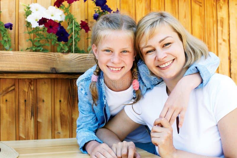 父母和孩子的好联系 愉快的片刻一起 免版税图库摄影