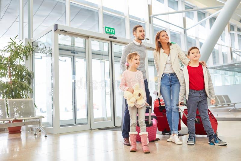 父母和孩子盼望家庭假日 免版税库存照片