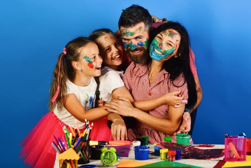 父母和孩子绘与树胶水彩画颜料 家庭业余时间 图库摄影