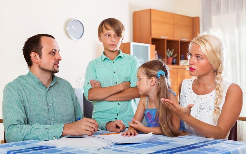 父母谈论严肃的财政问题 库存照片