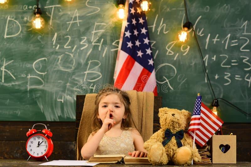 父母通常放他们的孩子入学术教练 与计算机的老师帮助的孩子在的小学 库存照片