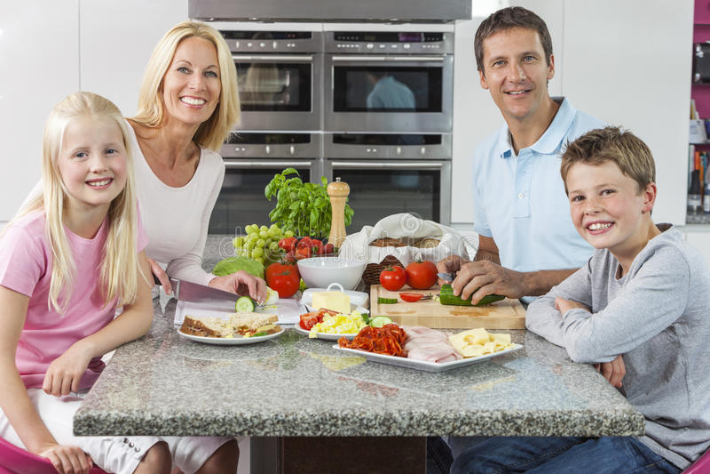 父项准备健康食物的儿童系列 免版税图库摄影
