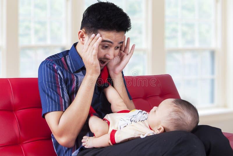 爸爸与他的婴孩的戏剧捉迷藏 免版税库存图片