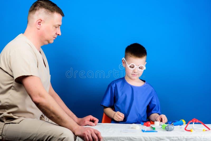 爸爸和儿子医疗朝代 r 男孩逗人喜爱的孩子和他的父亲医生 医院工作者 E 图库摄影