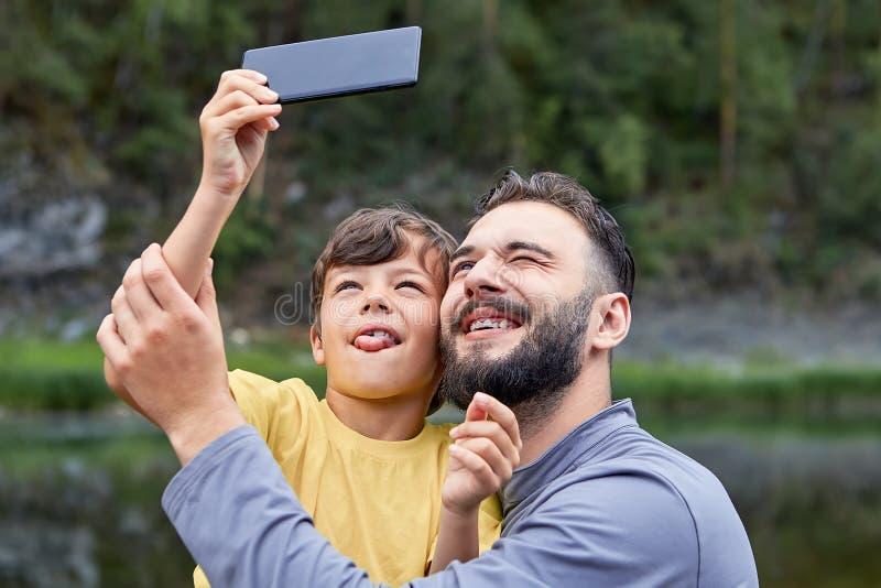 爸爸和儿子在父亲节一起拍照片 库存图片