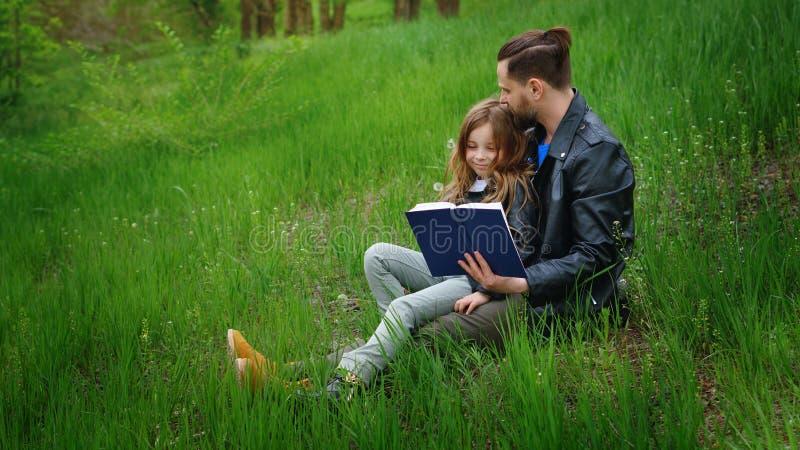 爸爸和女儿在公园一起花费时间 免版税库存照片