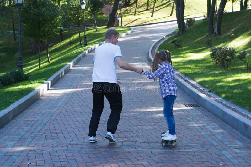 爸爸和女儿在公园 库存照片